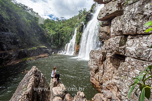 Mulher observando a Cachoeira Almécegas I no Parque Nacional da Chapada dos Veadeiros  - Alto Paraíso de Goiás - Goiás (GO) - Brasil