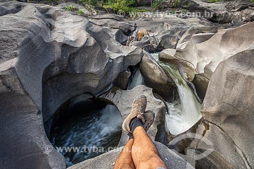 Detalhe de pés - Ribeirão São Miguel no Vale da lua  - Alto Paraíso de Goiás - Goiás (GO) - Brasil