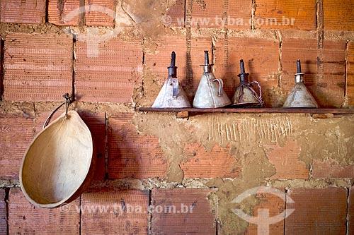 Detalhe de cabaça e lampiões a querosene no interior de casa na cidade de Barreiras do Piauí  - Barreiras do Piauí - Piauí (PI) - Brasil