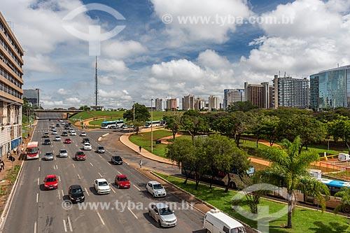 Tráfego em avenida no centro de Brasília com a Torre de TV de Brasília ao fundo  - Brasília - Distrito Federal (DF) - Brasil