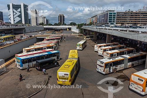 Ônibus na Plataforma Rodoviária de Brasília com prédios do centro de Brasília ao fundo  - Brasília - Distrito Federal (DF) - Brasil