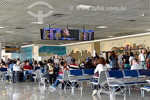 Passageiros na área de embarque no Aeroporto Internacional Salgado Filho  - Porto Alegre - Rio Grande do Sul (RS) - Brasil