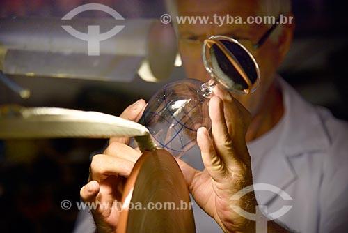 Demonstração de mestre artesão lapidando taça de cristal  - Gramado - Rio Grande do Sul (RS) - Brasil