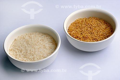 Detalhe de grãos de arroz branco e arroz integral  - Brasil