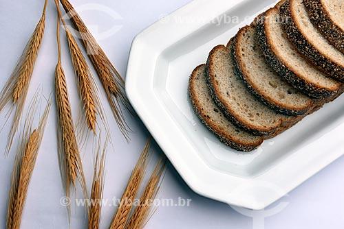Detalhe de pão integral com panículas de trigo  - Brasil