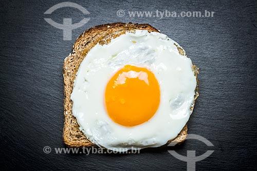Detalhe de ovo frito sobre torrada  - Brasil