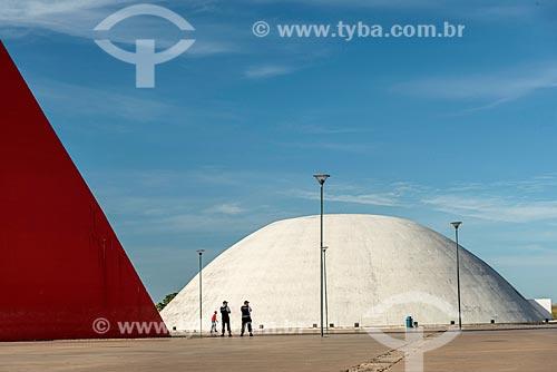 Detalhe do Monumento aos Direitos Humanos (2006) - à esquerda - com o Palácio da Música Belkiss Spenzièri (2006) - parte do Centro Cultural Oscar Niemeyer - ao fundo  - Goiânia - Goiás (GO) - Brasil