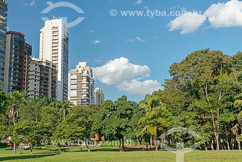 Vista do Jardim Zoológico de Goiânia com prédios da cidade de Goiânia ao fundo  - Goiânia - Goiás (GO) - Brasil