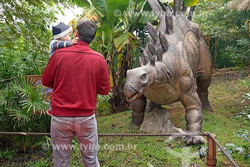 Detalhe de pai mostrando ao filho dinossauro animatrônico no parque temático Vale dos Dinossauros  - Foz do Iguaçu - Paraná (PR) - Brasil