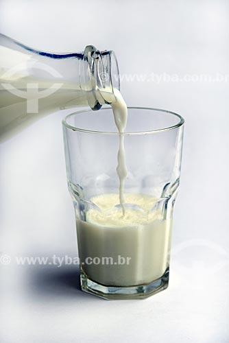 Detalhe de garrafa e copo com leite  - Brasil