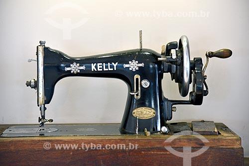 Detalhe de máquina de costura Kelly - modelo antigo  - Brasil