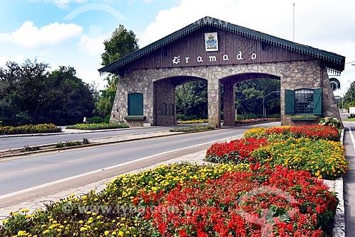 Pórtico da cidade de Gramado na Rodovia RS-235 - entrada Via Nova Petrópolis (1973)  - Gramado - Rio Grande do Sul (RS) - Brasil