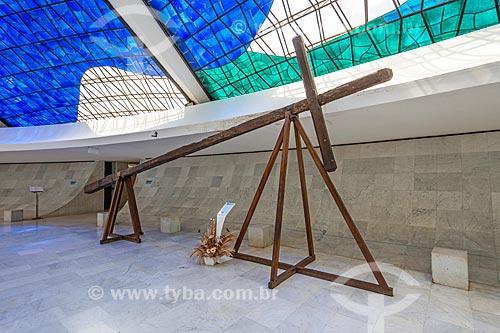 Cruz histórica (1957) - usada para marcar o local onde a primeira missa foi celebrada na cidade de Brasília - em exibição na Catedral de Brasília (1958)  - Brasília - Distrito Federal (DF) - Brasil