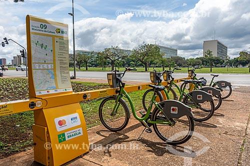 Detalhe de bicicletas na estação Ministério da Cultura de bicicletas públicas - para aluguel  - Brasília - Distrito Federal (DF) - Brasil