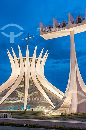 Fachada da Catedral Metropolitana de Nossa Senhora Aparecida (1958) - também conhecida como Catedral de Brasília - durante à noite  - Brasília - Distrito Federal (DF) - Brasil
