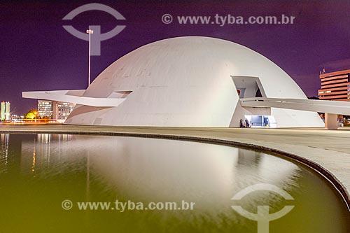 Fachada do Museu Nacional Honestino Guimarães (2006) - parte do Complexo Cultural da República João Herculino - durante a noite  - Brasília - Distrito Federal (DF) - Brasil