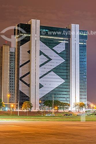 Fachada do Edifício Sede do Banco do Brasil durante a noite  - Brasília - Distrito Federal (DF) - Brasil