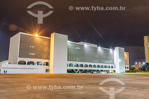 Fachada da Biblioteca Nacional Leonel de Moura Brizola (2006) - parte do Complexo Cultural da República João Herculino - durante a noite  - Brasília - Distrito Federal (DF) - Brasil