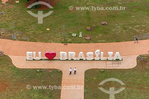 Vista de letreiro com os dizeres: Eu Amo Brasília no Jardim Burle Marx a partir da Torre de TV de Brasília  - Brasília - Distrito Federal (DF) - Brasil
