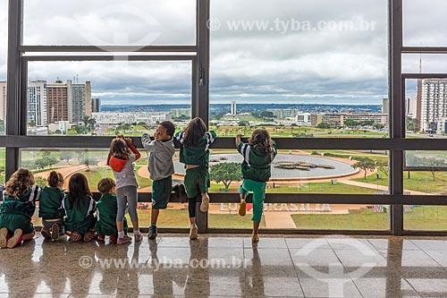 Alunos durante passeio escolar no mirante da Torre de TV de Brasília  - Brasília - Distrito Federal (DF) - Brasil
