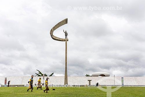 Funcionário que fazem o corte de grama em frente ao Memorial JK  - Brasília - Distrito Federal (DF) - Brasil