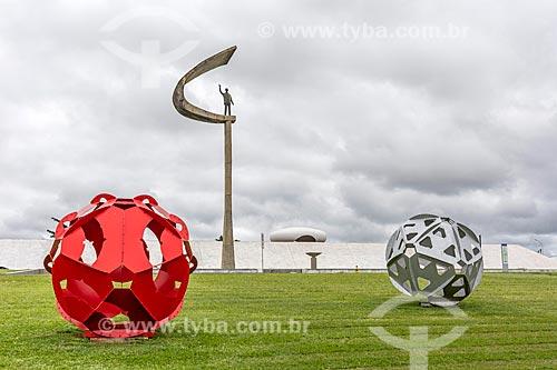 Esculturas esféricas - em comemoração o centenário do Presidente Juscelino Kubitschek - no Jardim do Memorial JK  - Brasília - Distrito Federal (DF) - Brasil