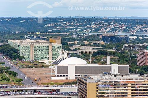 Vista do eixo monumental com o Biblioteca Nacional Leonel de Moura Brizola, Museu Nacional Honestino Guimarães e Catedral de Brasília com a Ponte Juscelino Kubitschek ao fundo  - Brasília - Distrito Federal (DF) - Brasil