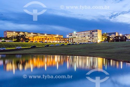 Vista do Palácio do Itamaraty - à esquerda - com a Esplanada dos Ministérios durante o anoitecer  - Brasília - Distrito Federal (DF) - Brasil