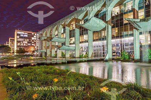 Fachada lateral do Palácio da Justiça (1963) - sede do Ministério da Justiça - à noite  - Brasília - Distrito Federal (DF) - Brasil
