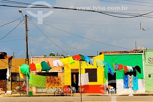Roupas no varal com casas da periferia de Natal ao fundo  - Natal - Rio Grande do Norte (RN) - Brasil