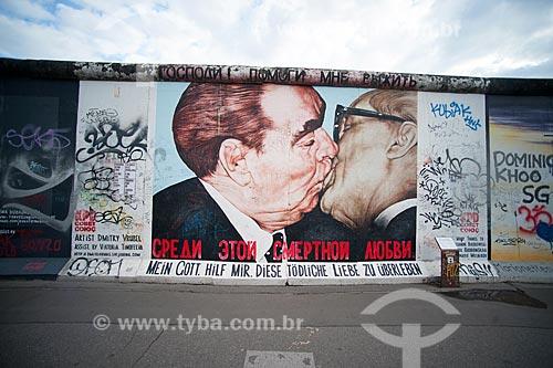 Grafite O Beijo - inspirado no o beijo entre Brezhnev, Secretário Geral do Partido Comunista Soviético, e Honecker, Presidente da Alemanha Oriental em 1979 - no Muro de Berlim  - Berlim - Berlim - Alemanha