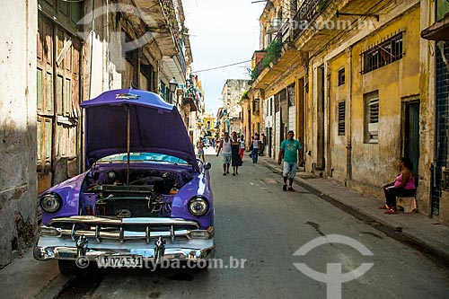 Carro antigo (anos 50) em rua da cidade de Havana  - Havana - Província de Ciudad de La Habana - Cuba