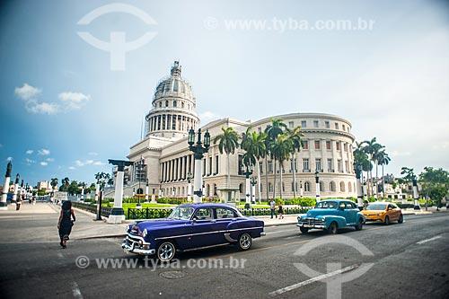 Carros antigos (anos 50) com o Edifício do Capitólio Nacional (1929) - antiga sede do governo de Cuba até a Revolução Cubana em 1959 - atual Academia Cubana de Ciências ao fundo  - Havana - Província de Ciudad de La Habana - Cuba