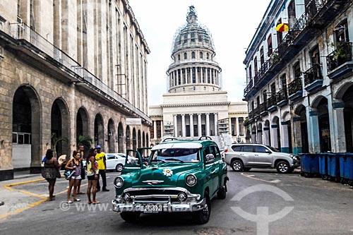 Carro antigo (anos 50) com o Edifício do Capitólio Nacional (1929) - antiga sede do governo de Cuba até a Revolução Cubana em 1959 - atual Academia Cubana de Ciências ao fundo  - Havana - Província de Ciudad de La Habana - Cuba