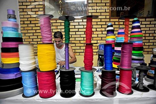 Homem costurando em indústria textil  - Serrolândia - Bahia (BA) - Brasil