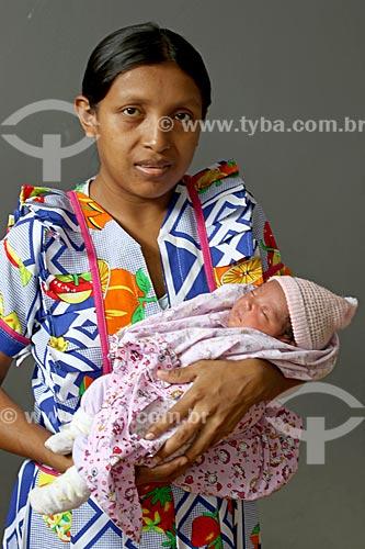Refugiada Venezuelana da etnia Warao - moradora do abrigo instalado pela Prefeitura de Manaus com sua filha nascida em Manaus  - Manaus - Amazonas (AM) - Brasil