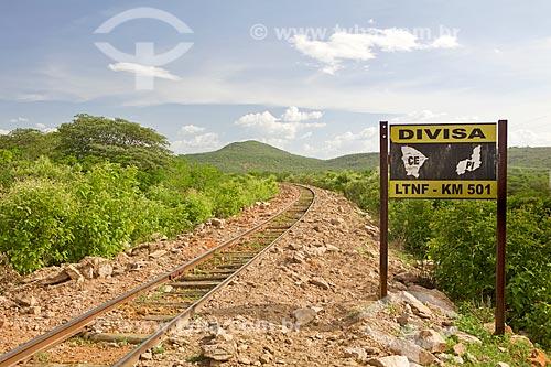 Trecho da estrada de ferro na divisa entre Ceará e Piauí com a Serra de Ibiapaba ao fundo  - Crateús - Ceará (CE) - Brasil