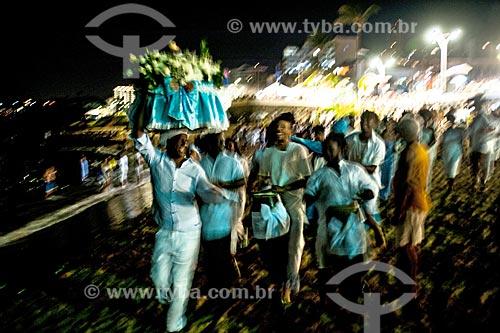 Homem levando oferendas durante a festa de Yemanjá em Salvador  - Salvador - Bahia (BA) - Brasil
