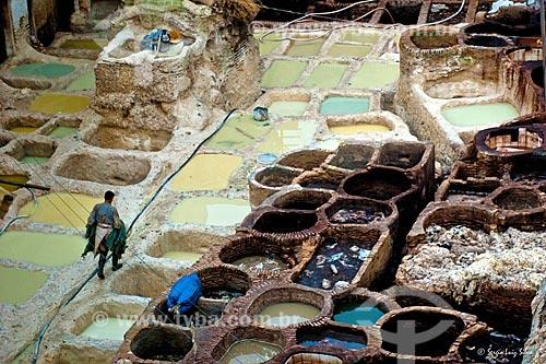 Vista de tanques de tingir couro artesanalmente  - Fez - Província de Fez-Boulemane - Marrocos