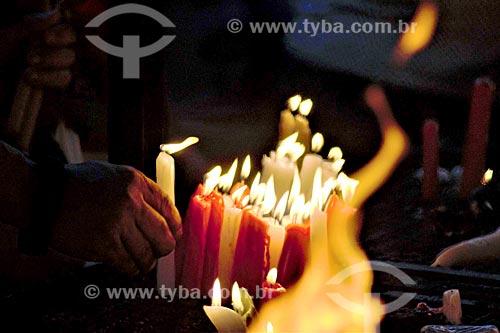 Devoto acendendo vela no dia de São Jorge na Igreja São Gonçalo Garcia e São Jorge  - Rio de Janeiro - Rio de Janeiro (RJ) - Brasil