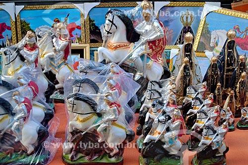 Imagens religiosas à venda próximo à Igreja São Gonçalo Garcia e São Jorge no dia de São Jorge  - Rio de Janeiro - Rio de Janeiro (RJ) - Brasil