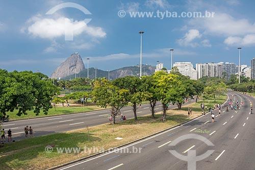 Avenida Infante Dom Henrique fechada ao trânsito para uso como área de lazer no Aterro do Flamengo com o Pão de Açúcar ao fundo  - Rio de Janeiro - Rio de Janeiro (RJ) - Brasil