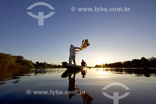 Silhueta de pescador no Parque Municipal do Encontro dos Rios - encontro das águas do Rio Poti e Rio Parnaíba  - Teresina - Piauí (PI) - Brasil
