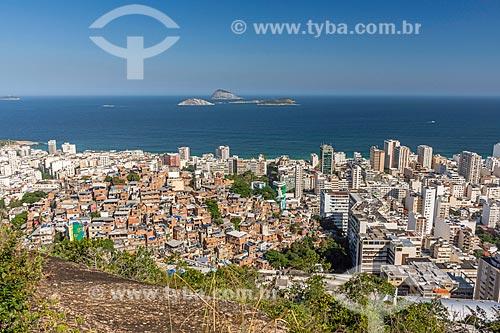 Vista do Favela Pavão Pavãozinho, bairro de Ipanema com o Monumento Natural das Ilhas Cagarras ao fundo a partir do cume do Morro do Cantagalo  - Rio de Janeiro - Rio de Janeiro (RJ) - Brasil