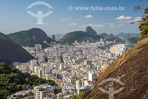Vista do bairro de Copacabana com o Pão de Açúcar ao fundo a partir do cume do Morro do Cantagalo  - Rio de Janeiro - Rio de Janeiro (RJ) - Brasil
