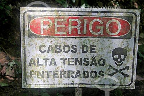 Detalhe de placa de aviso de perigo que diz: Cabos de alta tensão enterrados - na Parque Nacional da Tijuca  - Rio de Janeiro - Rio de Janeiro (RJ) - Brasil