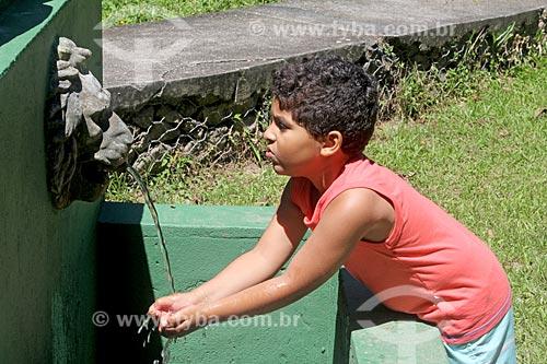 Menino bebendo água em fonte no Açude da Solidão  - Rio de Janeiro - Rio de Janeiro (RJ) - Brasil