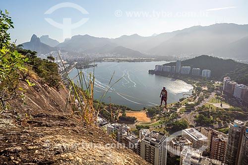Praticante de slackline no Morro do Cantagalo com a Lagoa Rodrigo de Freitas ao fundo  - Rio de Janeiro - Rio de Janeiro (RJ) - Brasil