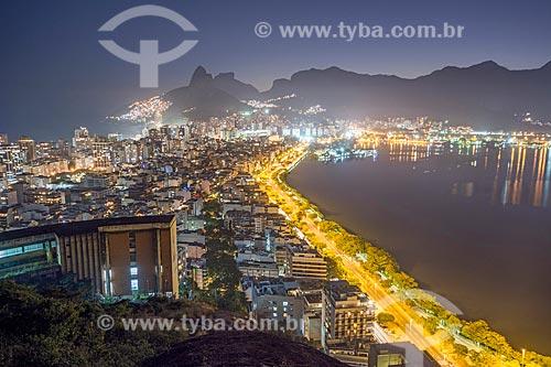 Vista do cume do Morro do Cantagalo com o Morro Dois Irmãos e a Pedra da Gávea ao fundo durante a noite  - Rio de Janeiro - Rio de Janeiro (RJ) - Brasil