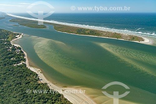 Foto aérea da Vila da Barra do Ararapira no Parque Nacional de Superagüi com o Parque Estadual da Ilha do Cardoso  - Guaraqueçaba - Paraná (PR) - Brasil